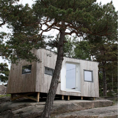 This Norwegian sleeping annex contains twists, which define living areas. Also its wood cladding is treated with Kebony, a bio-liquid delivering hardwood durability. (Tuvalu Arkitekter)