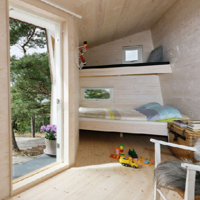 A large, glassed front door leads to the left bunk beds in their separate wing. (Tuvalu Arkitekter)