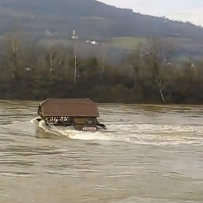 How about a destructive flood? The Drina River runs high and right past the tiny house. (Kucica na Steni, youtube)