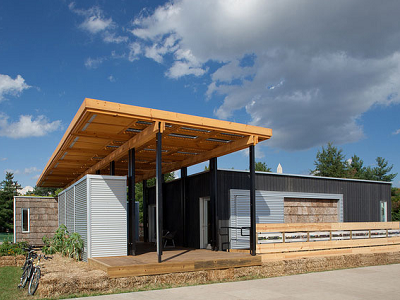 Appalachian State students built home modules connected by a solar panel porch. Today a modified version is available through Deltec, a North Carolina homebuilder. (2011 DOE)