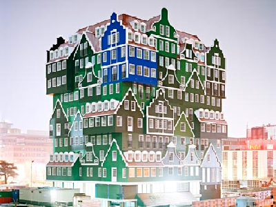 HOLLAND - Like a mirage, this building rises with hundreds of houses. The picture comes from its 2010 construction. (Dezeen)